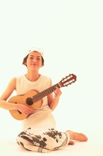 ギターを持つ日本人女性の写真素材 [FYI04053077]