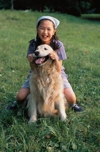 犬と遊ぶ女の子の写真素材 [FYI04053142]