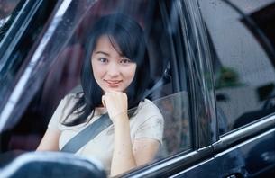 車の助手席に乗る日本人の女の子の写真素材 [FYI04053237]
