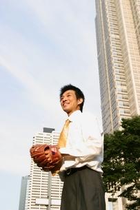 キャッチボールをする日本人ビジネスマンの写真素材 [FYI04053275]