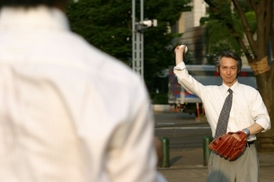 キャッチボールをする日本人ビジネスマンの写真素材 [FYI04053276]