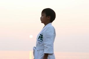 夕方の空手着の日本人少年の写真素材 [FYI04053328]