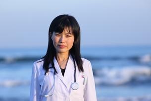 海辺の女医の写真素材 [FYI04053542]