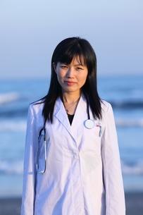海辺の女医の写真素材 [FYI04053543]