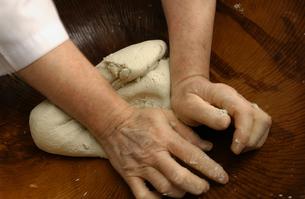 そば打ち用のそば粉をこねる手の写真素材 [FYI04053775]