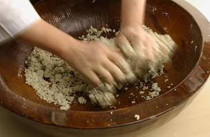 そば打ち用のそば粉を混ぜる手の写真素材 [FYI04053778]