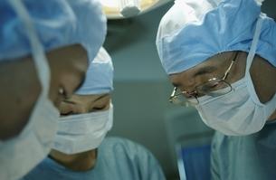 手術着を着た医師の写真素材 [FYI04054198]