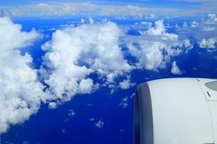 白い雲と海 空撮の写真素材 [FYI04055391]