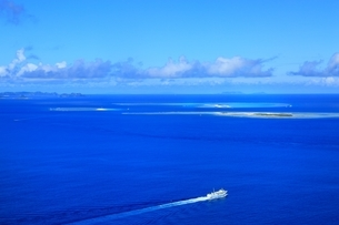 慶良間諸島とフェリー 空撮の写真素材 [FYI04055497]