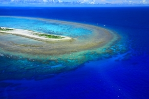 沖縄ケラマ諸島 空撮の写真素材 [FYI04055576]