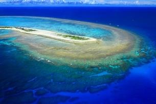 沖縄ケラマ諸島 空撮の写真素材 [FYI04055580]
