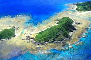 沖縄ケラマ諸島 空撮の写真素材 [FYI04056000]
