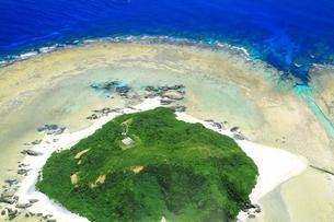 沖縄ケラマ諸島 空撮の写真素材 [FYI04056003]