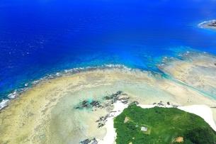 沖縄ケラマ諸島 空撮の写真素材 [FYI04056037]