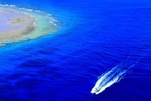 沖縄ケラマ諸島 空撮の写真素材 [FYI04056172]