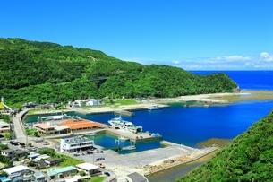 港の見える丘展望台から望む渡嘉敷港の写真素材 [FYI04056308]