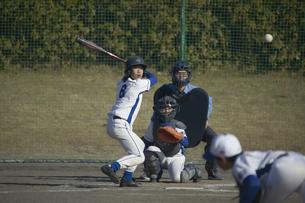 来る投球に構えるバッターの写真素材 [FYI04056316]