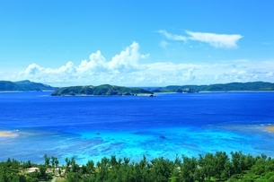 慶良間海峡展望所から望む渡嘉志久ビーチの写真素材 [FYI04056342]