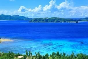 慶良間海峡展望所から望む渡嘉志久ビーチの写真素材 [FYI04056388]