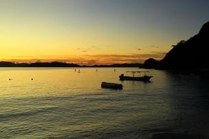 渡嘉敷島 渡嘉志久ビーチの夕景の写真素材 [FYI04057107]