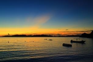 渡嘉敷島 渡嘉志久ビーチの夕景の写真素材 [FYI04057133]