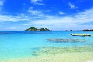 渡嘉敷島 阿波連ビーチとハナリ島 の写真素材 [FYI04057475]