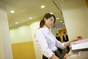 コピーをする女性の写真素材 [FYI04057583]