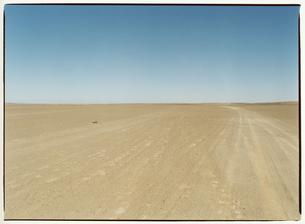 砂利道と地平線 エルフード モロッコの写真素材 [FYI04058177]