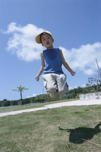 縄跳びであそぶ日本人の男の子の写真素材 [FYI04058184]