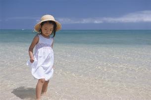 浜を歩く女の子の写真素材 [FYI04058190]