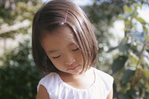 うつむく日本人の女の子の写真素材 [FYI04058203]