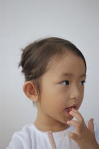 指先を舐める日本人の女の子の写真素材 [FYI04058208]