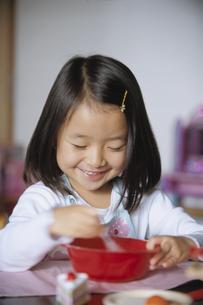 ままごとをして遊ぶ女の子の写真素材 [FYI04058217]