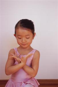 バレエを踊る女の子の写真素材 [FYI04058221]