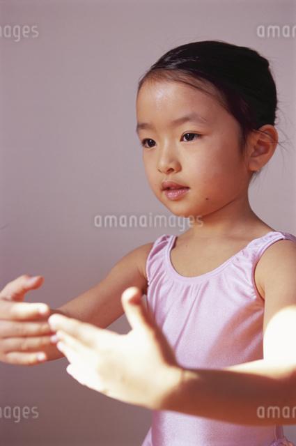 バレエを踊る女の子の写真素材 [FYI04058224]