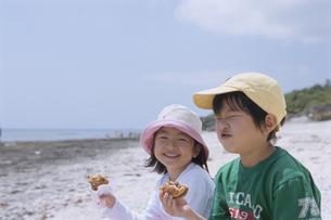 ハンバーガーを食べる男の子と女の子の写真素材 [FYI04058254]