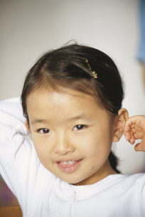 髪を束ねる女の子の写真素材 [FYI04058262]