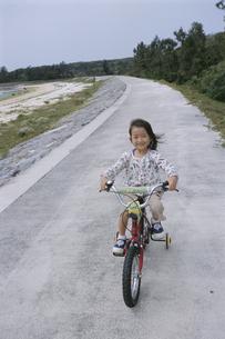 自転車に乗っている女の子の写真素材 [FYI04058263]