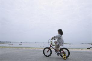 自転車に乗っている女の子の写真素材 [FYI04058265]
