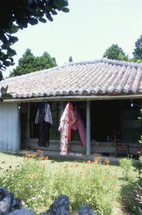 着物が干してある赤瓦屋根の民家の写真素材 [FYI04058282]