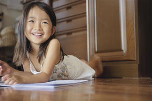 お絵かきをする女の子の写真素材 [FYI04058289]