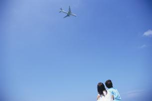 飛行機を見つめる女の子と男の子の写真素材 [FYI04058301]