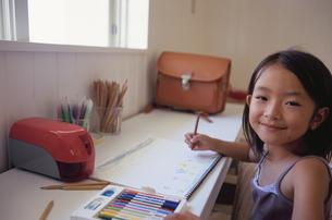 お絵かきをする笑顔の女の子の写真素材 [FYI04058331]
