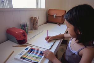 お絵かきをする女の子の写真素材 [FYI04058332]