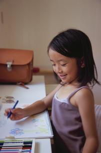 お絵かきをする笑顔の女の子の写真素材 [FYI04058333]