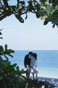 ビーチの木陰に立つ2人の子供の写真素材 [FYI04058347]