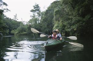 カヌーに乗る男の子と母親の写真素材 [FYI04058357]