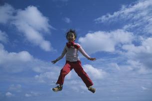 ジャンプをする女の子と青空の写真素材 [FYI04058374]