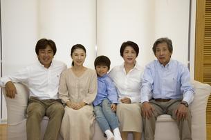 ソファに座る3世代家族の写真素材 [FYI04058398]