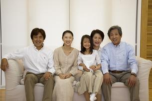 ソファに座る3世代家族の写真素材 [FYI04058399]
